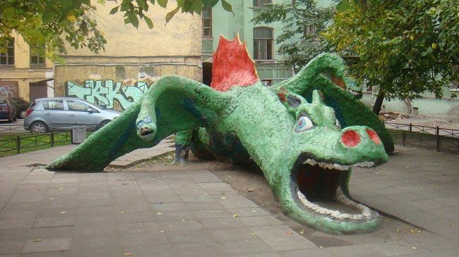 Двор с драконом