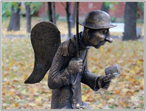 Памятник в спб дедулька на скамейке с книгой цена на памятники у ростов на дону в ютубе