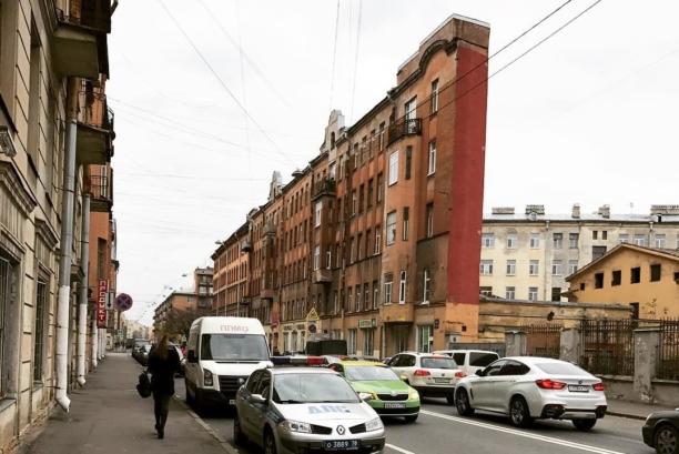 Дом-стена на Боровой улице